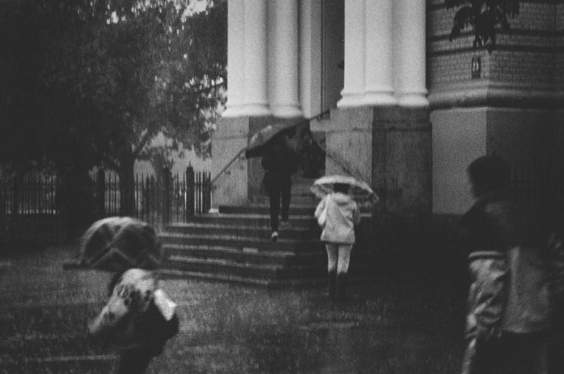 city-square-in-rain-black-and-white-image